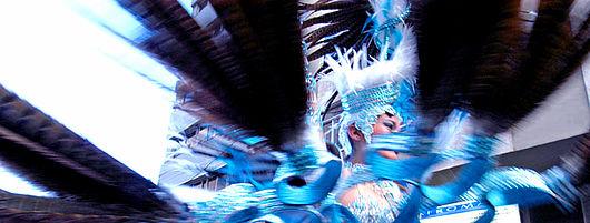 Chica comparsera baila durante el pasacalles del carnaval
