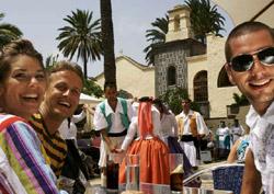 Bailes folklóricos en el Pueblo Canario de la capital