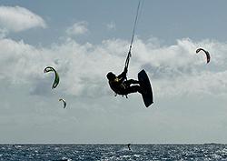 Kitesurferos vuelan en la playa de Vargas