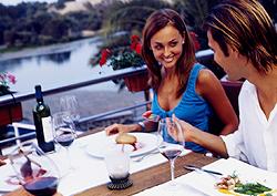 Una pareja cenando junto al Oasis de Maspalomas
