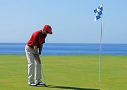 Un jugador golpea al green en el Meloneras Golf