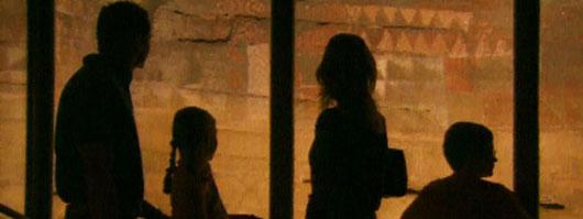 Una famiglia all'interno della Cueva Pintada