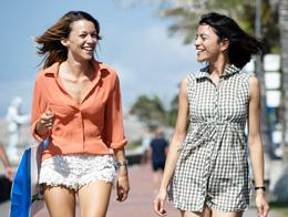 Freundinnen plaudern auf der Strandpromenade von Meloneras