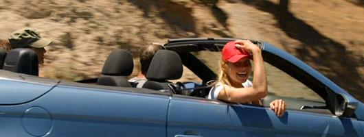 Un groupe d'amis se promène en voiture sur l'île
