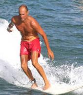 Surfista a apanhar ondas em Las Canteras