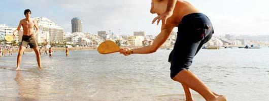 Lek vid strandkanten på Las Canteras