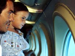 Far och dotter betraktar havsbottnen genom fönstret på en undervattensbåt