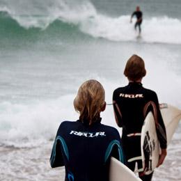 Deux enfants partent à l'eau avec leur table sous le bras