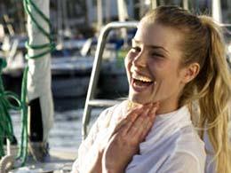 Lachende Frau am Bootsanleger von Mogán