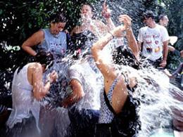 Ragazzi giocano con l'acqua nella festa di Lomo Magullo
