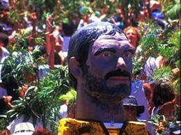 Un géant à grosse tête démarre la marée festive de la rama d'Agaete