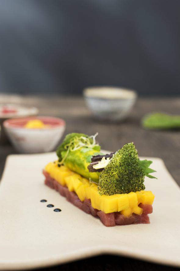 Tartar de atún rojo, mango y aguacate