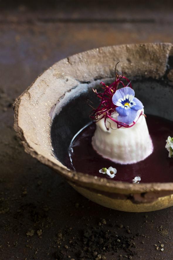 Crema fría de beterrada con espuma de queso de Artenara y aceite de oliva de las Tirajanas