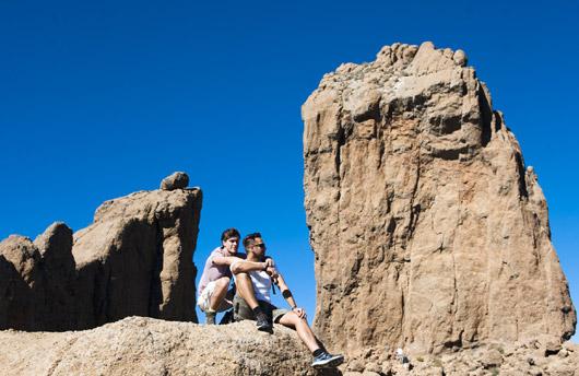 Um casal de caminhantes junto ao Roque Nublo