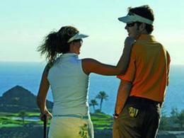 Un couple rie sur un green du Meloneras Golf