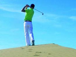 Un golfeur avec le ciel bleu de Gran Canaria