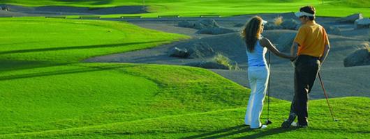Un couple discute sur le green de Meloneras Golf