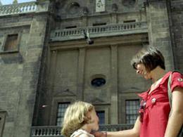 Une mère et sa fille devant la Cathédrale des Canaries