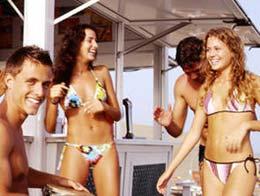 Junge Leute in einer Strandbar von Maspalomas