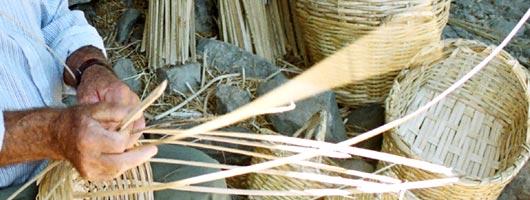 Artigiano costruisce una cesta