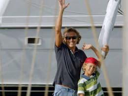 Vater und Sohn fahren in den Hafen Puerto de Mogán ein