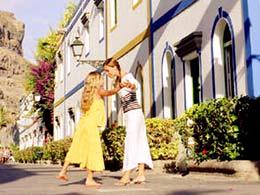 Une mère et sa fille se promènent à Puerto de Mogán