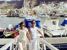 Paar spaziert durch Puerto de Mogán