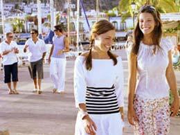 Groupe d'amis se promenant à Puerto de Mogán