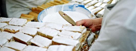 En konditor med en plåt med sockerkaka från Moya