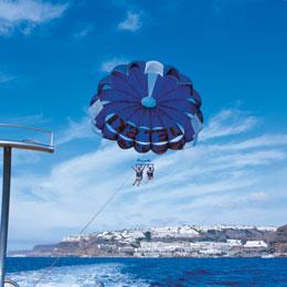 Ett par utövar parasailing på Gran Canaria