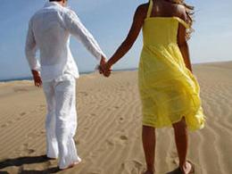 Un couple main dans la main se promène sur les dunes de Maspalomas