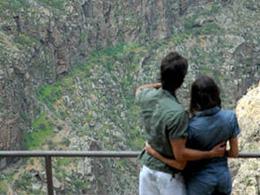 Un couple regarde le paysage depuis le point de vue du Monastère de Valerón