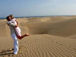 Un couple s'embrasse sur les dunes de Maspalomas