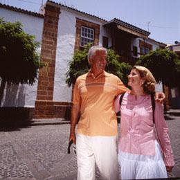 Una coppia cammina abbracciata nelle strade di Teror