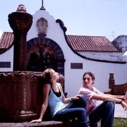 Una coppia riposa vicino ad una fontana a Teror