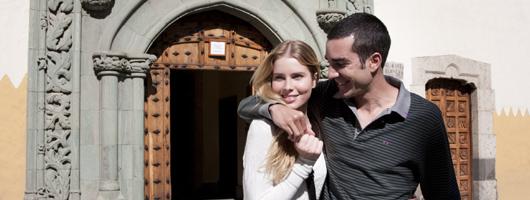 Un couple sourit lors d'une promenade à Vegueta