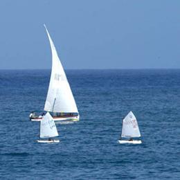 Drei Segelboote mit Lateinersegel auf dem Atlantik
