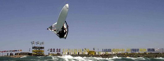 Un windsurfista fa acrobazie a Pozo Izquierdo