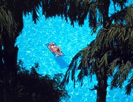 Una ragazza prende il sole in una piscina