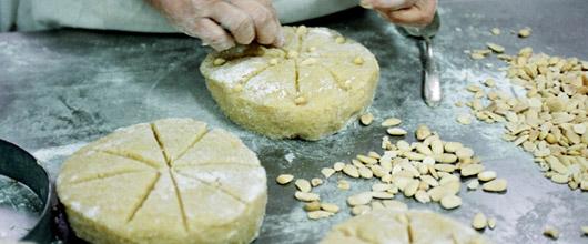 En bagerska gör iordning marsipan av mandel