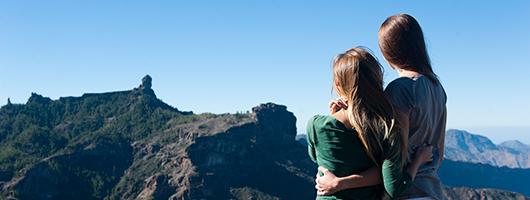 Ein Paar vor dem Panorama der Bergwelt von Gran Canaria